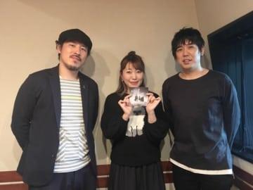 スキマスイッチの大橋卓弥さん(右)と常田真太郎さん(左)。中央は番組パーソナリティの坂本美雨