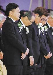 黙とうする(前列左から)三木谷オーナー、ソフトバンクの王会長、元広島監督の山本浩二氏