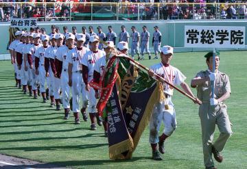 紫紺の優勝旗を持つ村田哲也主将を先頭に甲子園を周回する常総学院ナイン=2001年4月4日