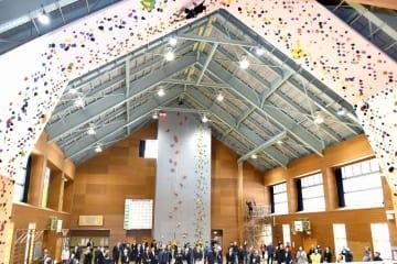 選手による実演などがあったクライミング施設の落成式=21日、福井県池田町菅生の農村de合宿キャンプセンター
