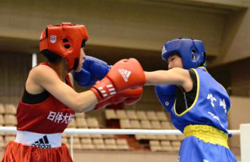 【女子ピン級準決勝】ボディーからの左のコンビネーションで攻める日章学園の奈須海咲(右)