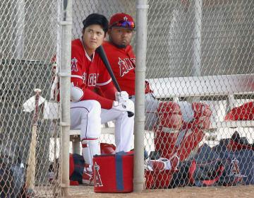 マイナー選手中心の練習試合で、出番を待つエンゼルス・大谷(左)=テンピ(共同)