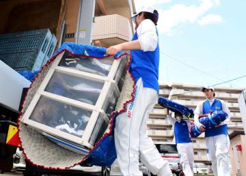 荷物をトラックに積み込む引っ越し業者の従業員。業界では人手不足などを理由に、サービスの供給が追い付かない状態が続く=宮崎市