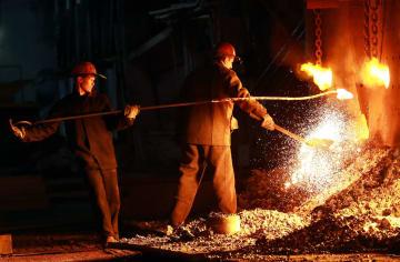 ロシア西部ニジニーノブゴロドの鉄製品工場で働く従業員=2日(タス=共同)