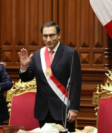 ペルー議会で就任宣誓するビスカラ新大統領=23日、リマ(ロイター=共同)