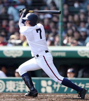 日本航空石川―膳所 4回裏日本航空石川1死一塁、上田が左中間に先制二塁打を放つ=甲子園