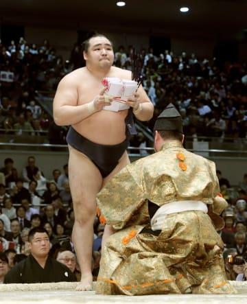 優勝を決め、懸賞金を受け取る鶴竜=エディオンアリーナ大阪
