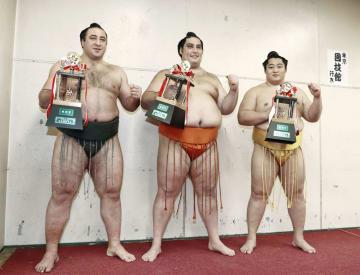 三賞の受賞力士。(左から)殊勲賞の栃ノ心、敢闘賞の魁聖、技能賞の遠藤=エディオンアリーナ大阪