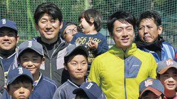 記念撮影する三浦氏(左)と小泉氏