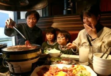 焼肉を楽しむ家族連れ=大分市内