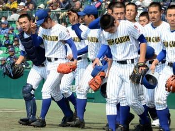 明徳義塾に逆転サヨナラ負けし、悔しがる中央学院ナイン=25日午前、甲子園球場