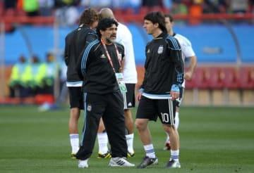 南アフリカW杯で師弟関係を結んだメッシ(右)とマラドーナ(左)  photo/Getty Images