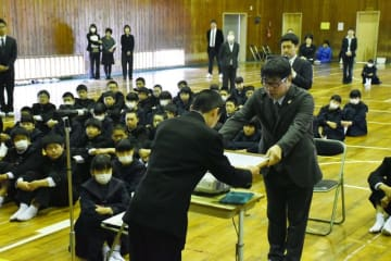 1、2年生が見守る中、卒業証書を受け取る山元校長