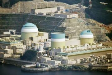 四国電力伊方原発2号機(右)。左は3号機、中央は1号機