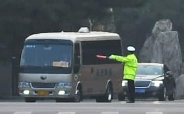 北京の釣魚台迎賓館を出る、要人を乗せたとみられる車列。門外では厳重な警備が敷かれていた=26日(共同)