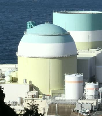 四国電力が廃炉の方針を固めた伊方原発2号機(手前)。奥は廃炉作業が始まった1号機=2017年11月、愛媛県伊方町