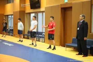 北海道協会の鎌田誠会長(右端)が激励に訪れた男子フリースタイルの全日本合宿
