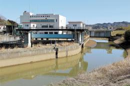 劣化したポンプなどの早急な補修が望まれる江尻排水機場=宮城県角田市江尻