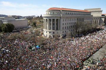 24日、米ワシントンで行われた銃規制強化を求める大規模デモで、ペンシルベニア通りを埋め尽くした市民(米報道博物館「ニュージアム」から撮影・共同)
