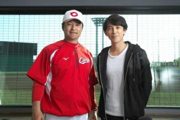 緒方孝市監督(左)と、パーソナリティの藤木直人
