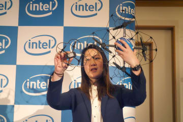 2つのドローンを手にしてサイズの違いを見せるインテルのドローン事業部マーケテイング責任者のシンディー・ウン氏(田中亘撮影)