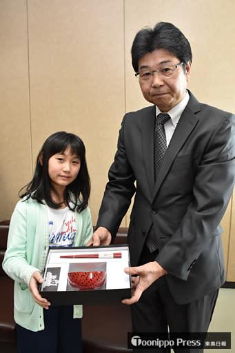 小林会長から津軽塗の箸とおわんを贈られ、笑顔を見せる工藤さん(左)