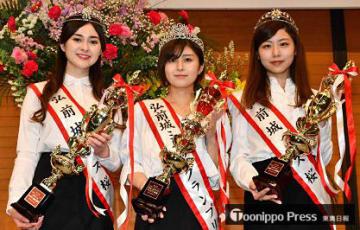 ミス桜グランプリに輝いた木村さん(中)とミス桜の角田さん(左)、小山内さん