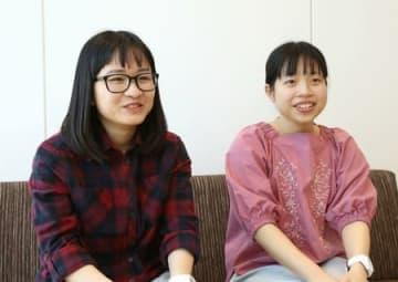 介護福祉士の国家試験に合格したシンさん(右)とアインさん=28日、新潟市中央区