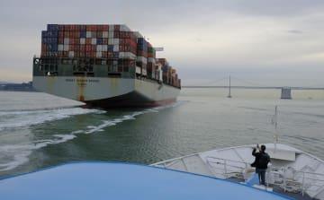 サンフランシスコ付近を航行するコンテナ船(AP=共同)