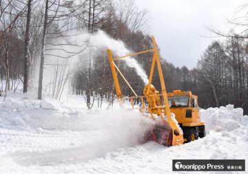 4月末の開通を目指し、道路に積もった雪を飛ばすロータリー除雪車=26日午前9時20分ごろ、津軽岩木スカイライン