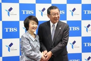 包括連携協定の締結後、握手を交わす林横浜市長(左)と武田TBS-HD社長。