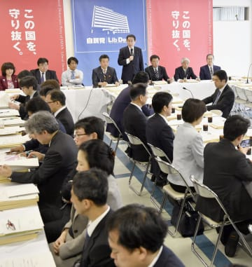 自民党本部で開かれた厚生労働部会などの合同会議=29日午前、東京・永田町