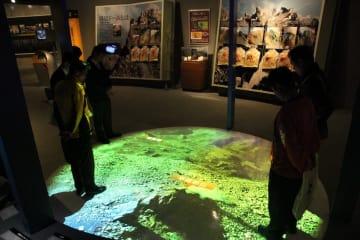 リニューアルで伝承ゾーンに新設された「雲仙岳スカイウォーク」=島原市、雲仙岳災害記念館