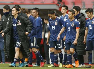 ウクライナに敗れ、厳しい表情の長谷部(左から2人目)、長友(5)ら日本イレブン=27日、リエージュ(共同)