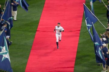ファンから熱烈な歓迎を受けた開幕戦でのイチロー【写真:Getty Images】