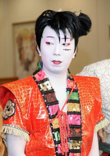 「スーパー歌舞伎2 ワンピース」の公演前、取材に応じる市川猿之助さん=1日午後、大阪市