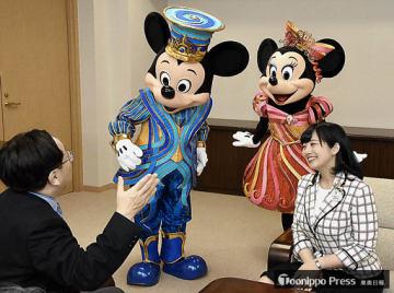 三村知事(左)と懇談する福本さんとミッキー、ミニー