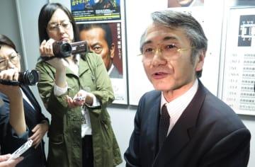 東京労働局で記者の質問に答える勝田智明局長=2日午後、東京都千代田区