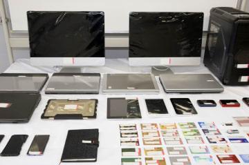 押収されたパソコンなど=3日午前、東京湾岸署