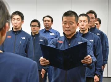 「山岳警備安全対策隊」の発足式で決意表明する志村一隊長(右手前)=3日午後、山梨県警本部