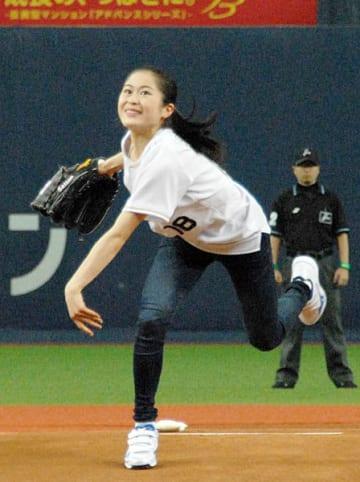 オリックスのホーム開幕戦で始球式に臨む宮原(京セラドーム大阪)