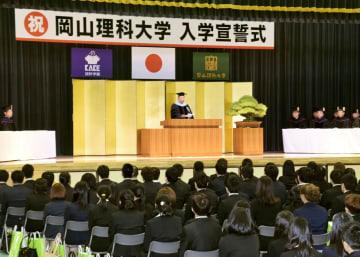 岡山理科大獣医学部で開かれた「入学宣誓式」。壇上はあいさつする加計学園の加計孝太郎理事長=3日午後、愛媛県今治市