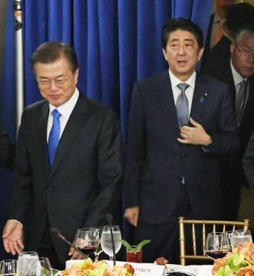 文在寅韓国大統領(左)と安倍首相