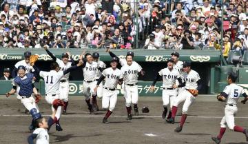 第90回選抜高校野球大会で智弁和歌山を破って2年連続3度目の優勝を果たし、喜ぶ大阪桐蔭ナイン=4日、甲子園球場