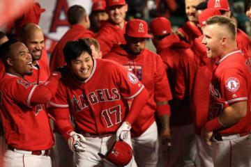 衝撃の本拠地デビューを飾った大谷翔平をチームメイトも祝福(右はトラウト)【写真:Getty Images】