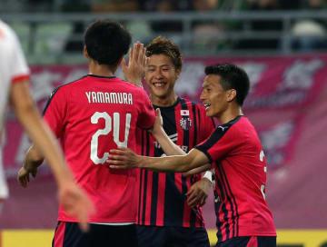 チームメイトにゴールを祝福される柿谷(中)photo/Getty Images