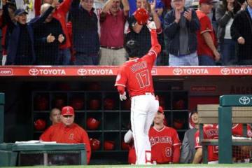 メジャー初本塁打を放った後、観客の大歓声に応えたエンゼルス・大谷翔平【写真:西山和明】