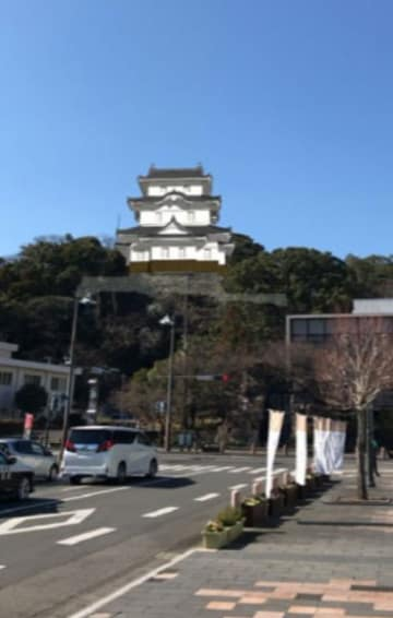 延岡城石垣にARで出現した三階櫓。現地で記念撮影をすることもできる