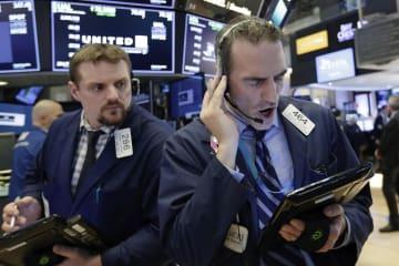 ニューヨーク証券取引所のトレーダーたち=4日(AP=共同)