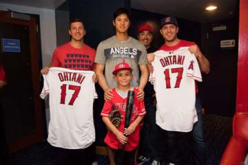 エンゼルス・大谷(中央)、レネさん(大谷後ろ)、息子のマシューくん【写真:Angels Baseball提供】